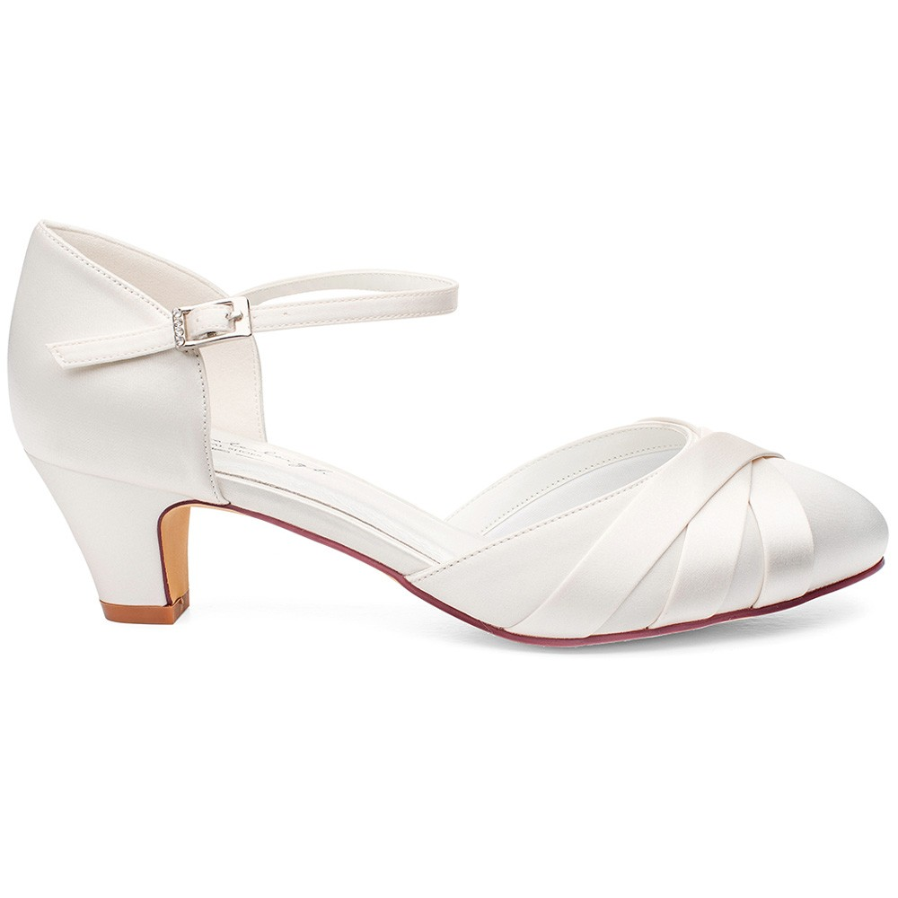 c9e6d0262f221 Chaussures de mariée petits talons Blanca. Chaussures de mariage satin  ivoire Blanca