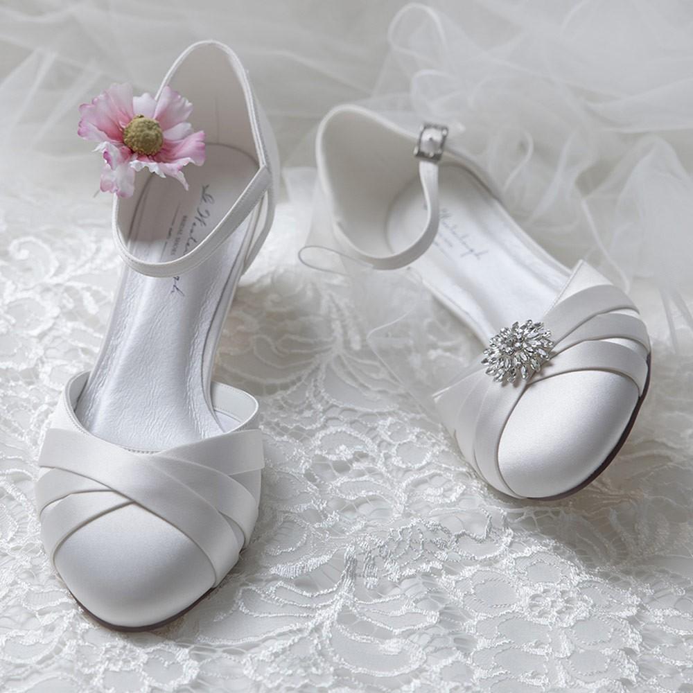 8f144cbac4c0a Chaussures de mariée confortables Blanca. Chaussures de mariée satin ivoire petits  talons Blanca