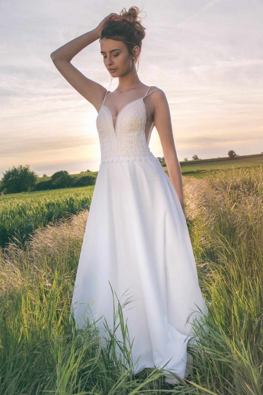 Robe de mariée boho chic à fines bretelles